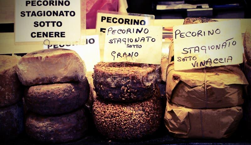 Tipos de queijo do pecorino do texto italiano o queijo com vin foto de stock royalty free