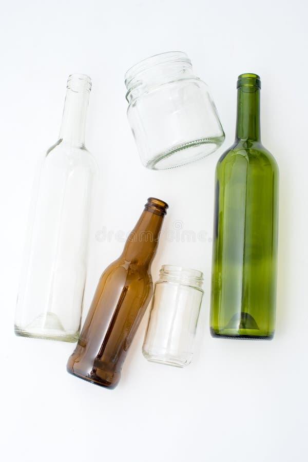 Tipos diferentes das garrafas de vidro no fundo branco Desperdício reciclável Reciclando, reutilização, triturador, recursos, amb imagens de stock royalty free