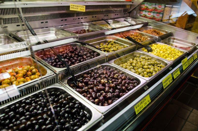 Tipos diferentes de azeitonas em uma loja imagem de stock