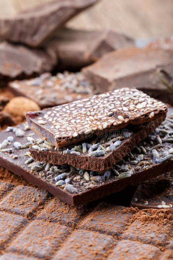 Tipos diferentes de barras de chocolate Chocolate orgânico do artesão foto de stock royalty free