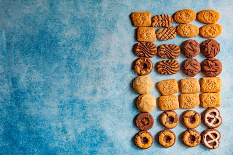 Tipos diferentes de bisquits como um quadro no fundo do vintage fotos de stock