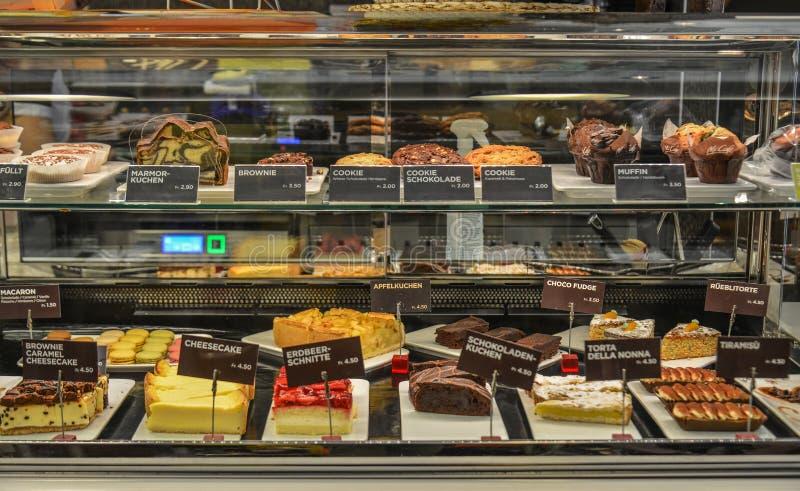Tipos diferentes de bolos e de bolos do pão imagens de stock