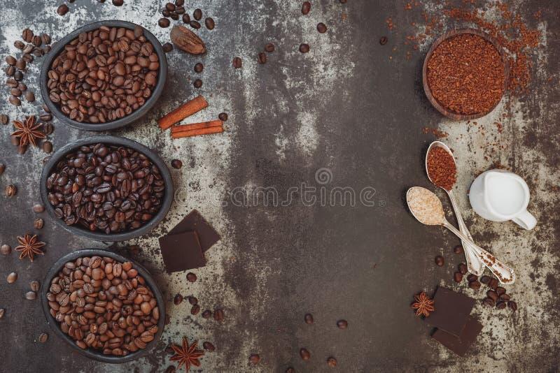 Tipos diferentes de café e de especiarias imagens de stock royalty free