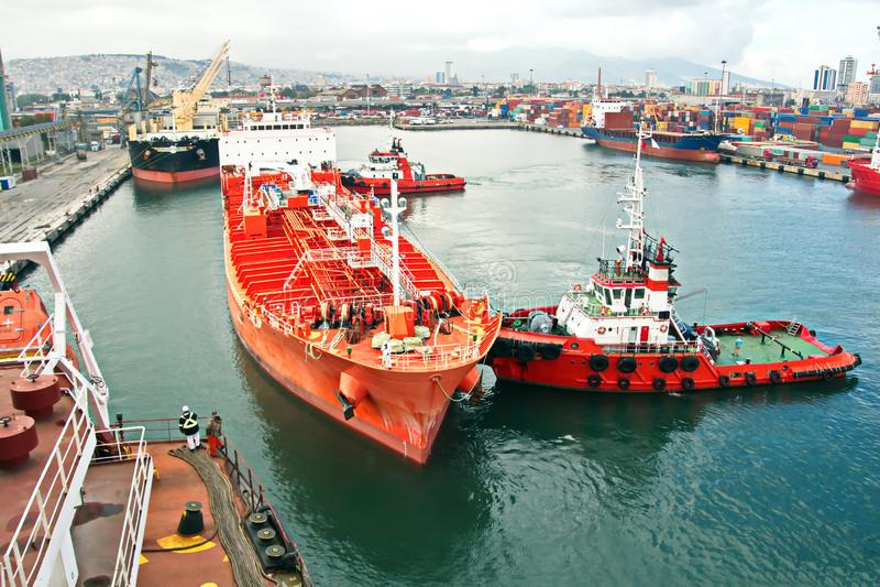 Tipos diferentes de embarcações de carga seca, de passageiro e de recipiente no movimento e amarradas no porto de Izmir, Turquia foto de stock royalty free