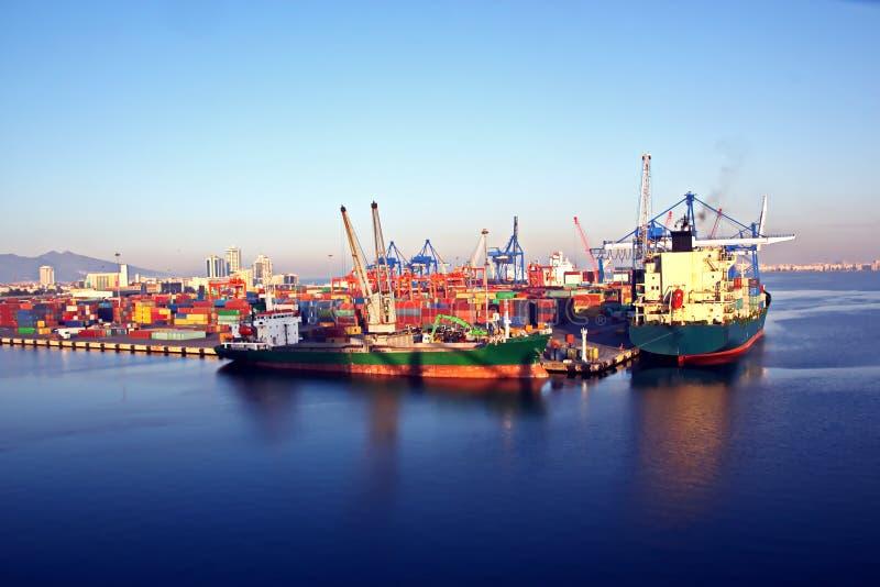 Tipos diferentes de embarcações de carga seca, de passageiro e de recipiente no movimento e amarradas no porto de Izmir, Turquia fotografia de stock