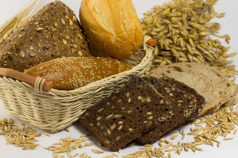 Tipos diferentes de pão: branco e preto com sementes, baguettes foto de stock royalty free