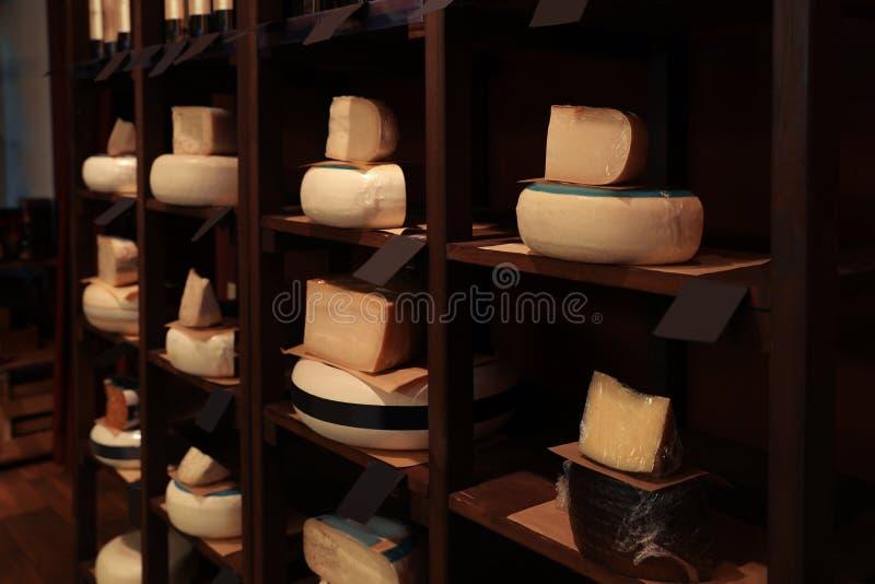 Tipos diferentes de queijos deliciosos na cremalheira fotos de stock