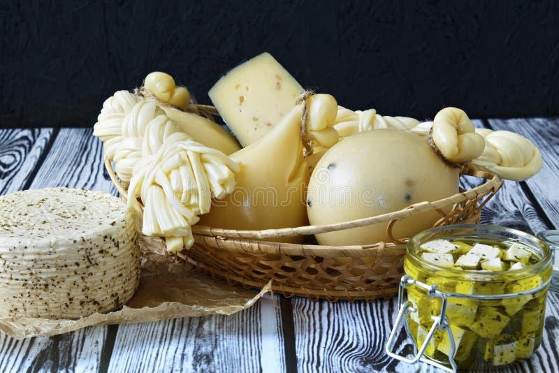 Tipos diferentes de queijos em um fundo de madeira Bandeja do queijo imagens de stock royalty free