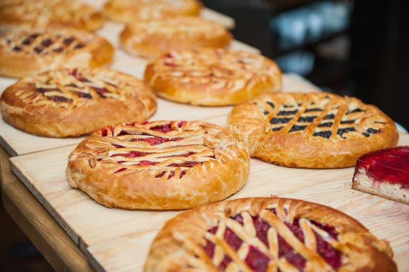 Tipos diferentes de tortas na loja de pastelaria na exposição de madeira Foco seletivo, espaço para o texto fotografia de stock royalty free