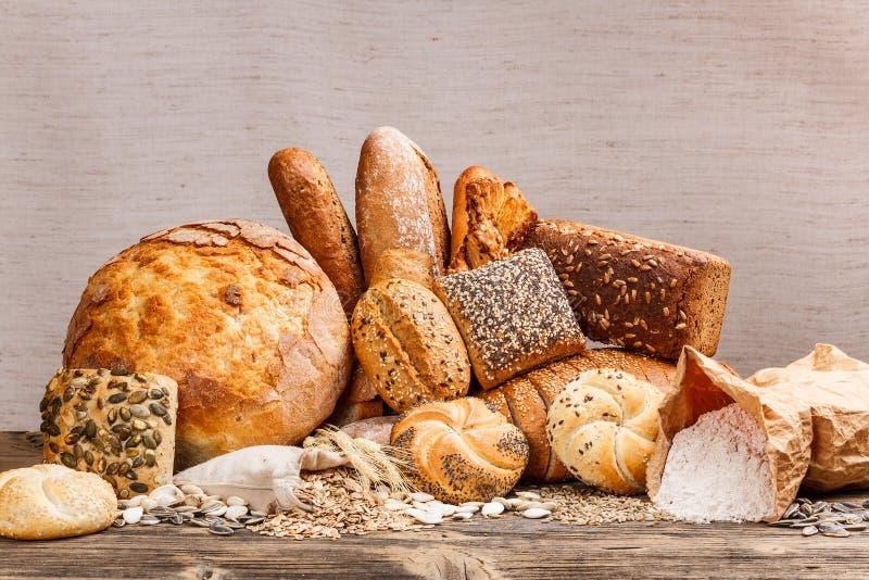 Tipos diferentes do pão fresco imagens de stock royalty free