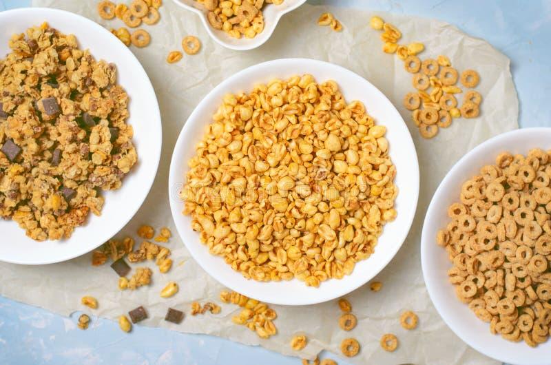 Tipos diferentes dos cereais, café da manhã rápido, petiscos saudáveis foto de stock royalty free