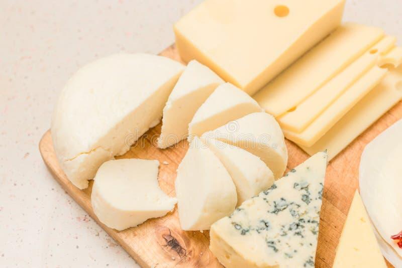 Tipos diferentes dos queijos, com carne secada fotos de stock royalty free
