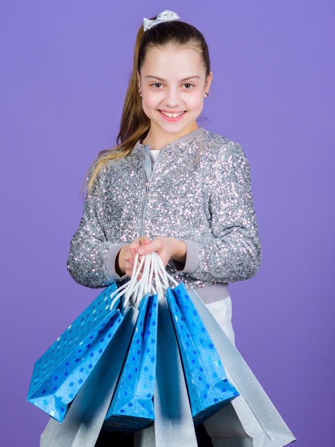 Tipos favoritos e as tend?ncias as mais quentes Menina com fundo violeta dos sacos de compras Compra e compra Enegre?a sexta-feir foto de stock royalty free