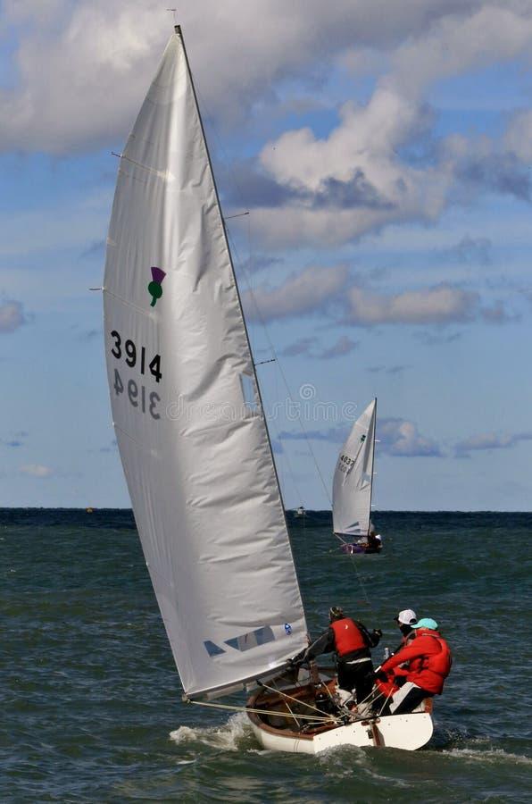 Tippa segelbåten royaltyfria bilder