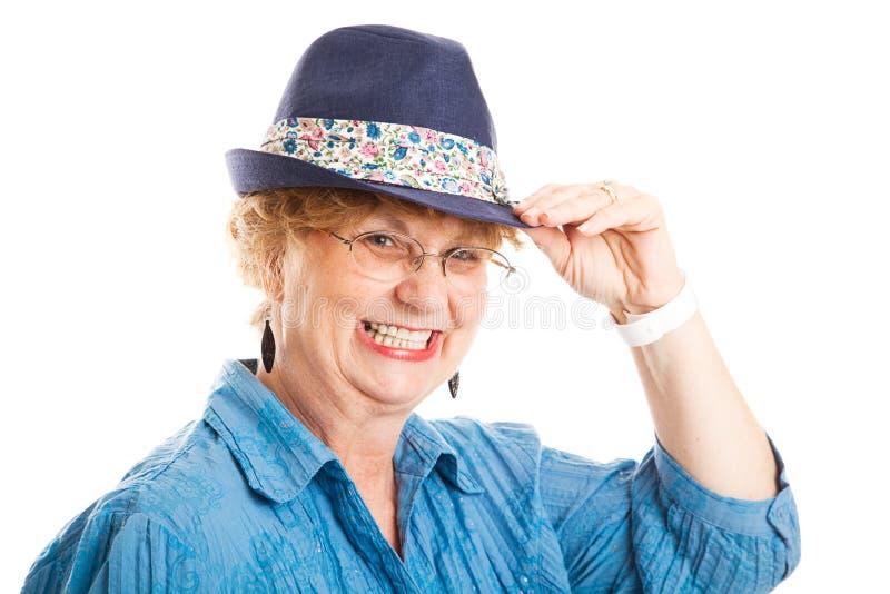 Tippar Den Gulliga En Mitt åldrades Kvinnan Hatten Arkivfoto