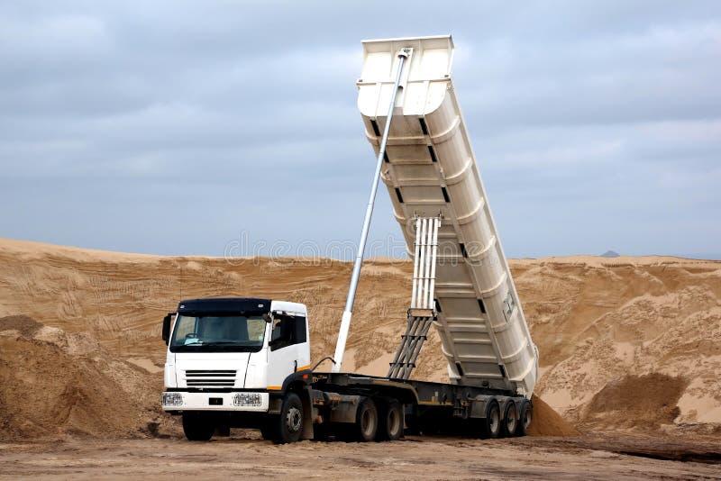 Tipper ciężarówka w piaska łupie obrazy stock