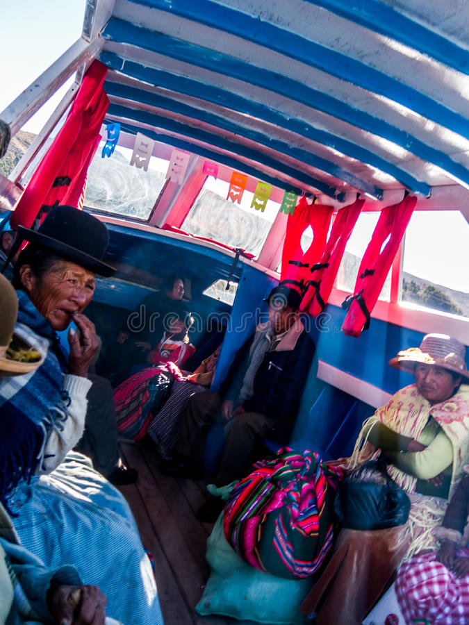 Tiquina, Bolivien - 7. Dezember 2011: Kreuzung von einer kleinen Straße bei Tiquina stockfotos
