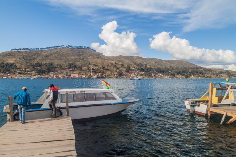 TIQUINA-STRASSE, BOLIVIEN - 11. MAI 2015: Fähren werden für Transport von Fahrzeugen über der Tiquina-Straße an vorbereitet stockbilder
