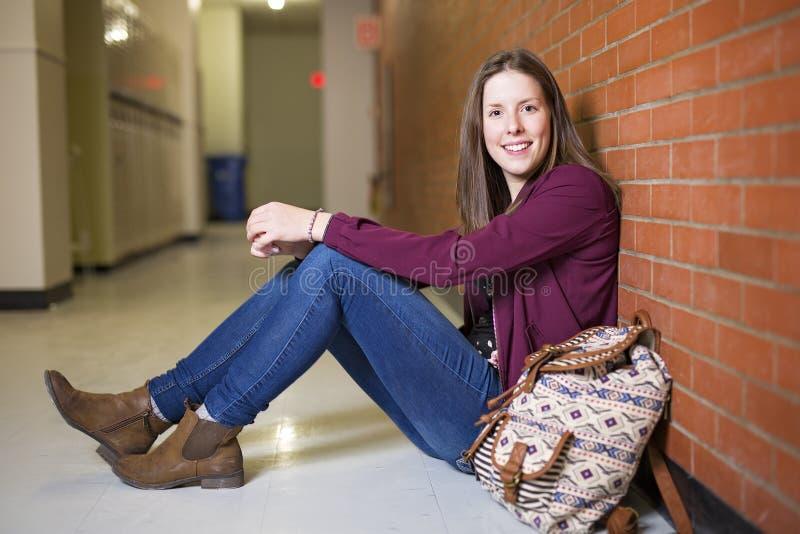 Tiré d'un étudiant universitaire de femme étudiant sur le campus photographie stock libre de droits