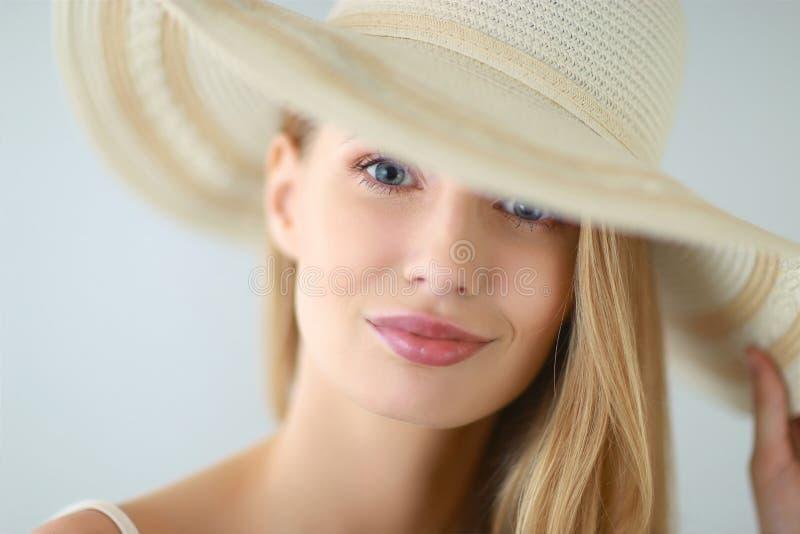 Tiré d'une belle fille dans le style d'été photographie stock