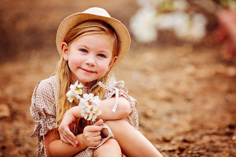 Tiré d'une fille rousse mignonne ayant un repos extérieur photos stock
