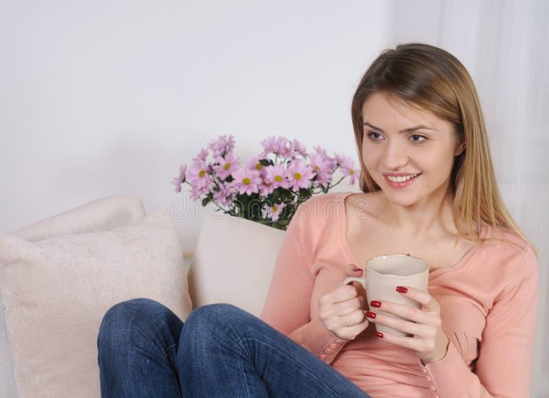 Tiré d'une jeune femme ayant le café à la maison images stock