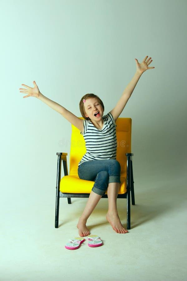 Tiré d'une jeune fille étirant ses bras et baîllant photos libres de droits