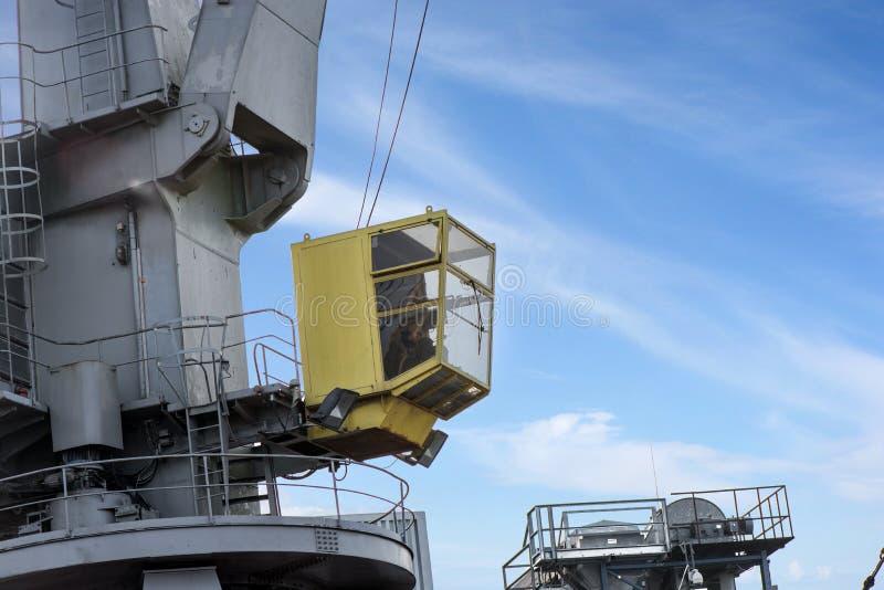 Tiré de la cabine de contrôle jaune avec le travailleur photos libres de droits