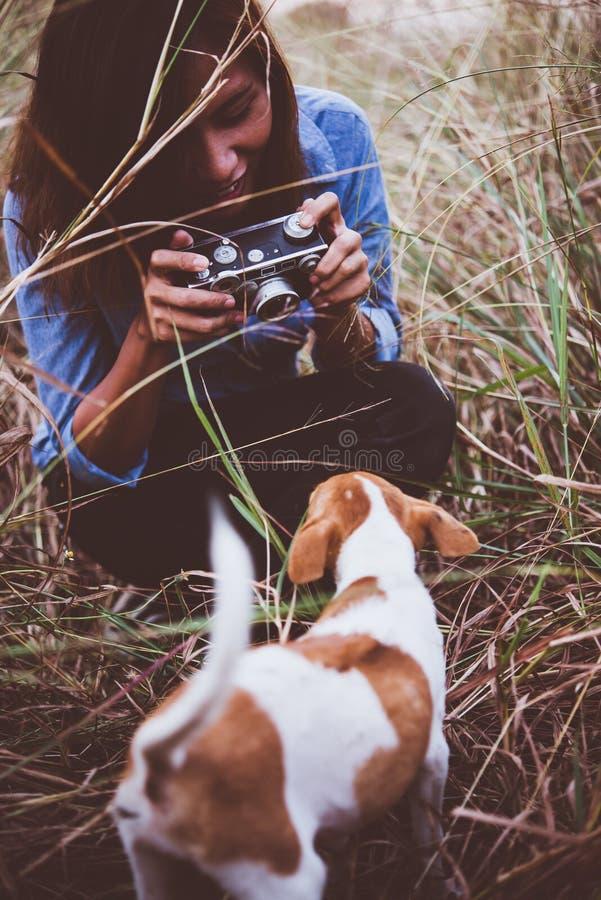 Tiré de la femme de hippie prenant un instantané de son chien sur son vintag images stock