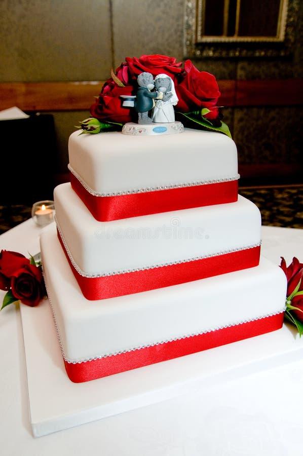 Tiré du beau gâteau de mariage avec la décoration gentille photos libres de droits