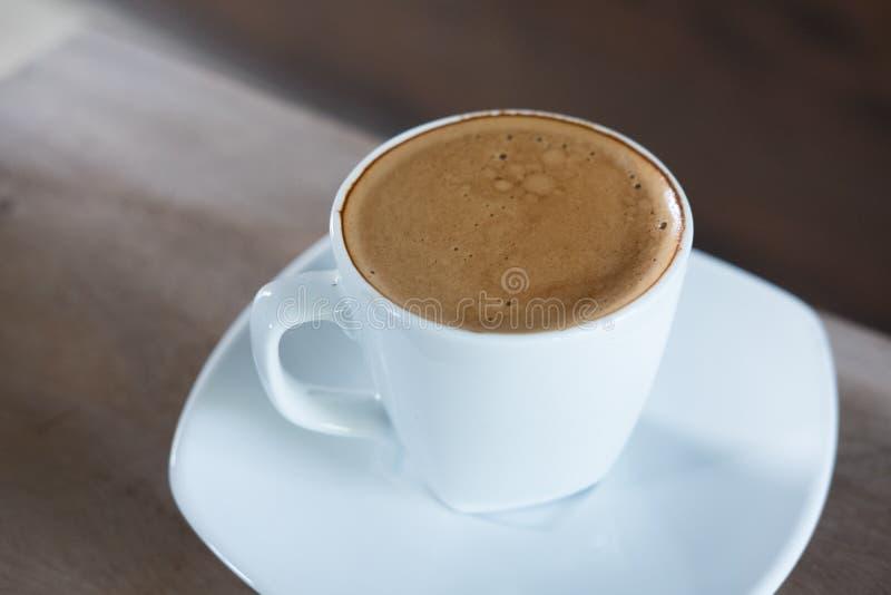 Tiré du café d'expresso, boisson chaude de moka dans la tasse image libre de droits