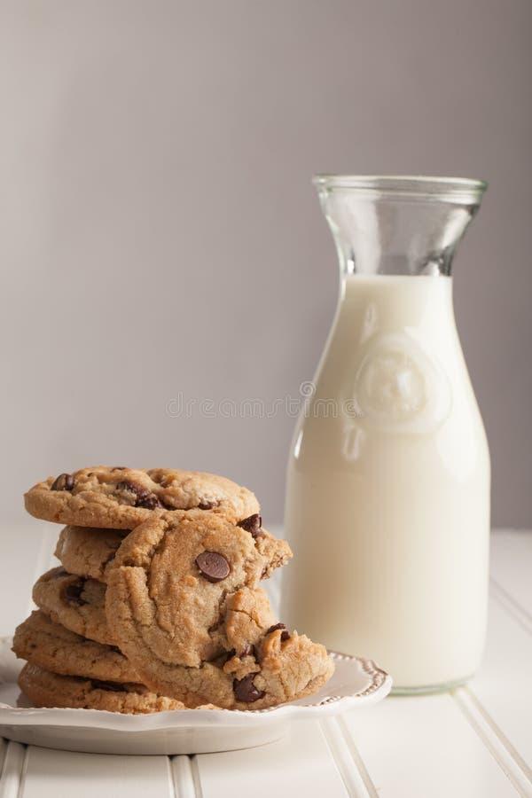 Tir étroit empilé par Chip Cookies fait maison de chocolat photo stock