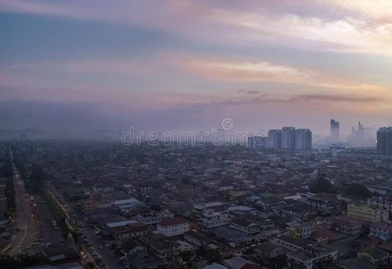 Tir aérien au lever de soleil de Petaling Jaya, banlieue de Kuala Lumpur, photo libre de droits