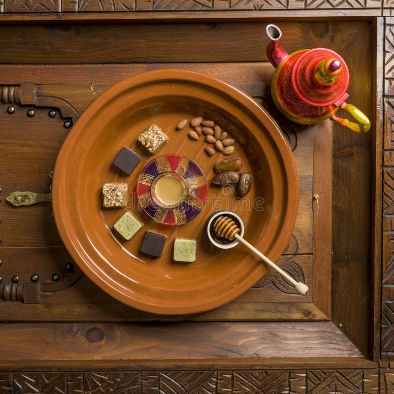 Tir aérien d'un plat en bois rond avec différents genres de bonbons et d'écrous en forme de place image libre de droits