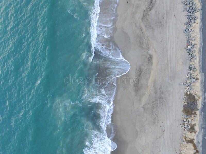 Tir aérien de bourdon des vagues et du sable photo stock