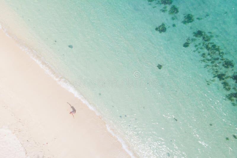 Tir aérien de femme appréciant la plage blanche parfaite de tropica d'image sur l'île des Îles Maurice photos stock