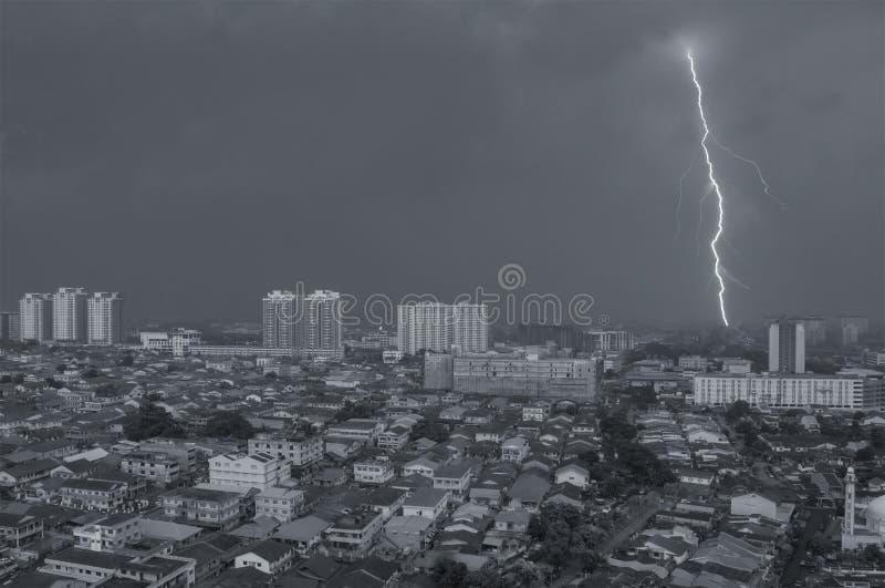 Tir aérien de foudre sur Petaling Jaya, Kuala Lumpur, Malaysi photographie stock libre de droits