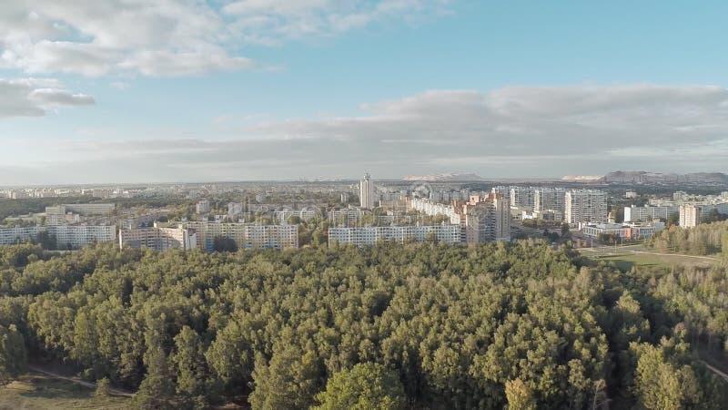 Tir aérien de la ville de loin Montagne de sel Soligorsk belarus banque de vidéos