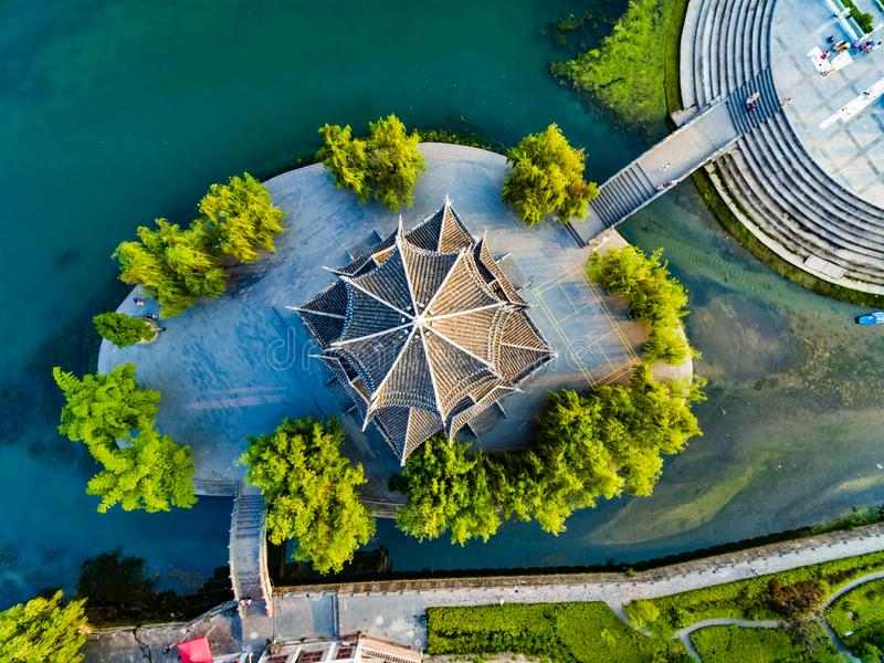 Tir AÉRIEN de pagoda traditionnelle le long de rivière de Wuyang, Guizhou, Chine images libres de droits