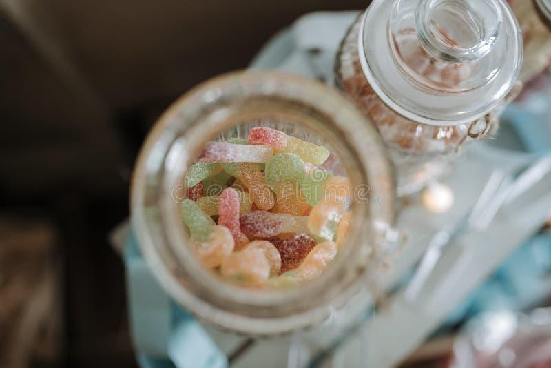 Tir aérien de plan rapproché des sucreries gommeuses douces et aigres colorées dans un pot de sucrerie image libre de droits