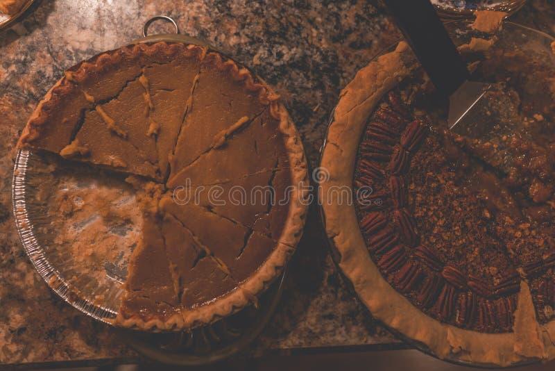 Tir aérien de plan rapproché des tartes cuits au four bruns dans des plateaux d'aluminium photo libre de droits