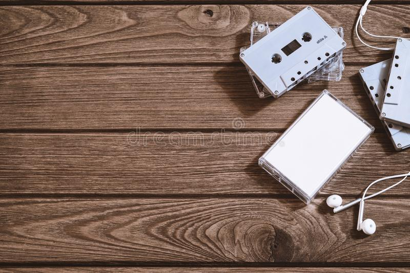 Tir aérien de rétro vieille bande de cassette sonore avec l'écouteur sur le rétro fond en bois de cru, vue supérieure étendue pla photos stock