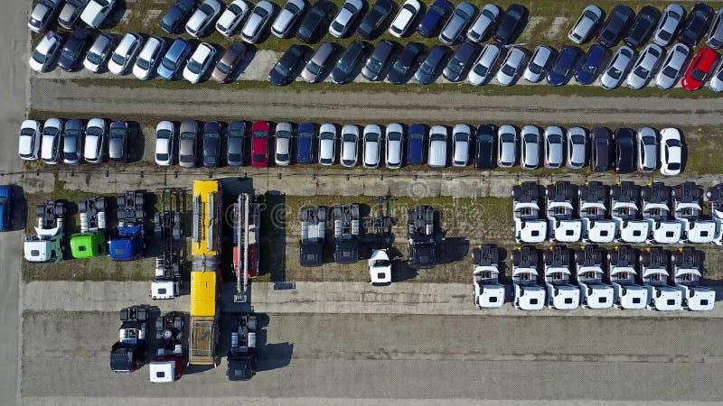 Tir aérien de stockage de voitures et de camions, vue supérieure photos libres de droits