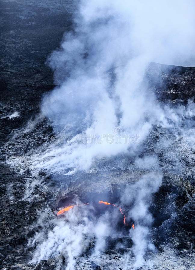 """Tir aérien du volcan de lauea de """"de KiÌ éclatant photo libre de droits"""