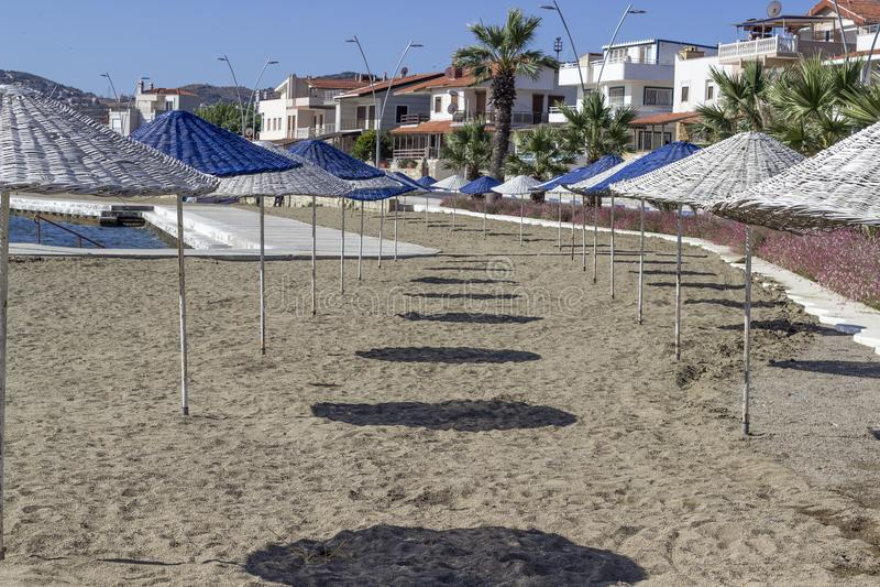 Tir avant de l'ombrage bleu du soleil sur le littoral à l'été images libres de droits