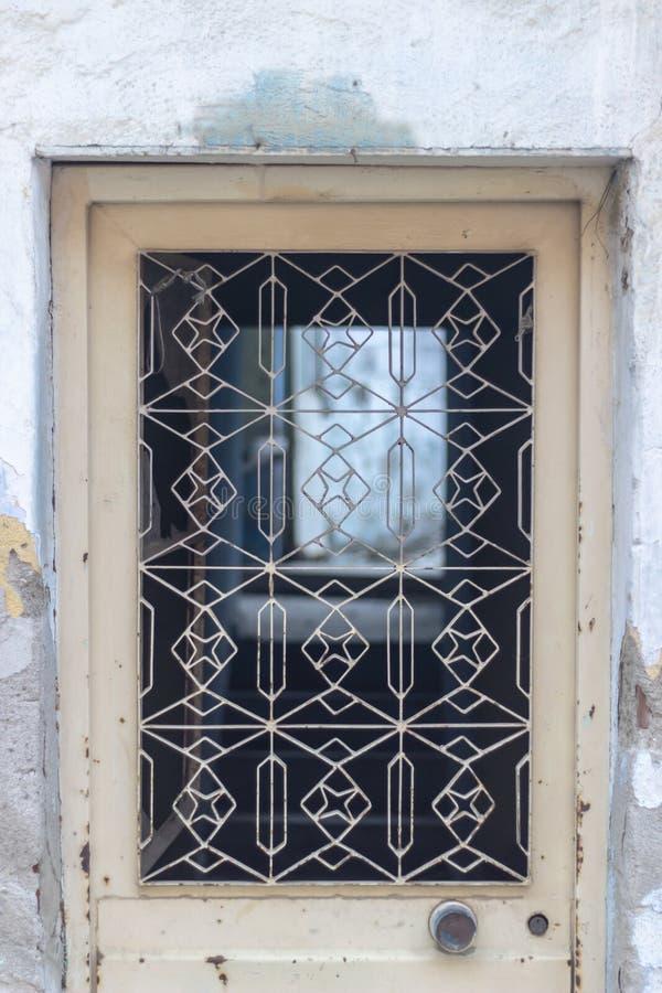 Tir avant de porte jaune pâle ornementée traditionnelle en métal images libres de droits