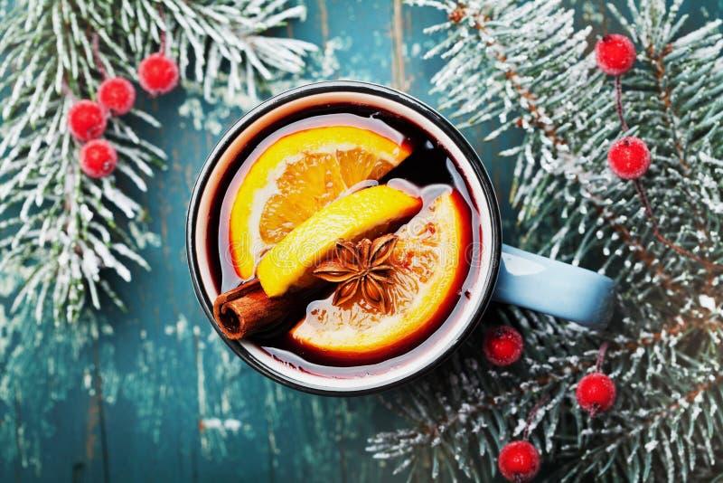 Tir confortable de vin chaud ou de gluhwein de Noël avec des épices et tranches oranges sur la vue supérieure de table de sarcell image libre de droits