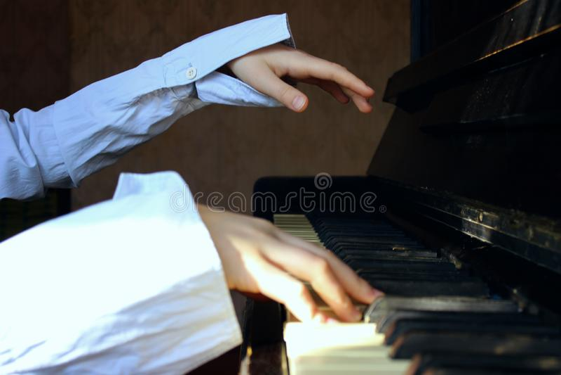Tir cultivé d'une petite fille jouant le piano photo stock