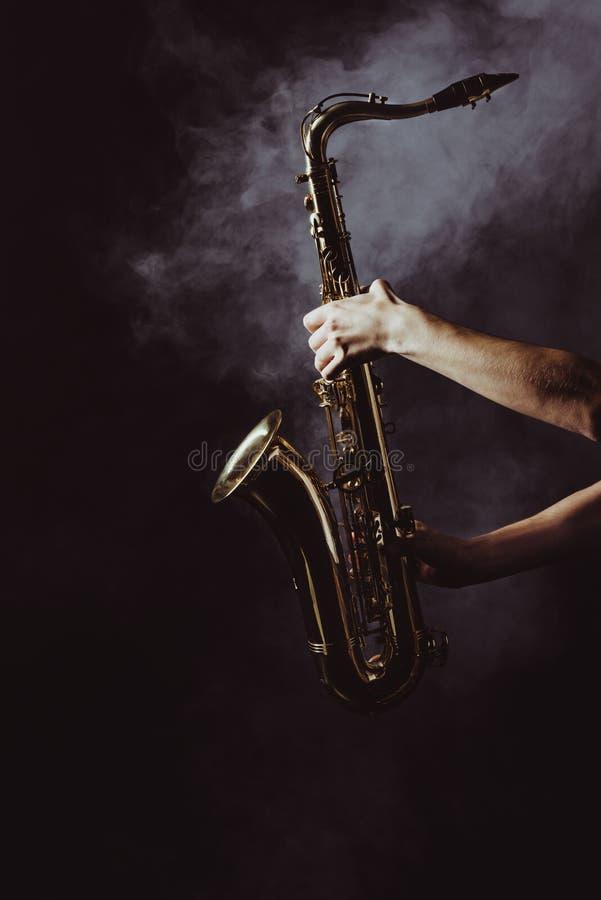 tir cultivé de saxophone de participation de musicien dans la fumée image stock