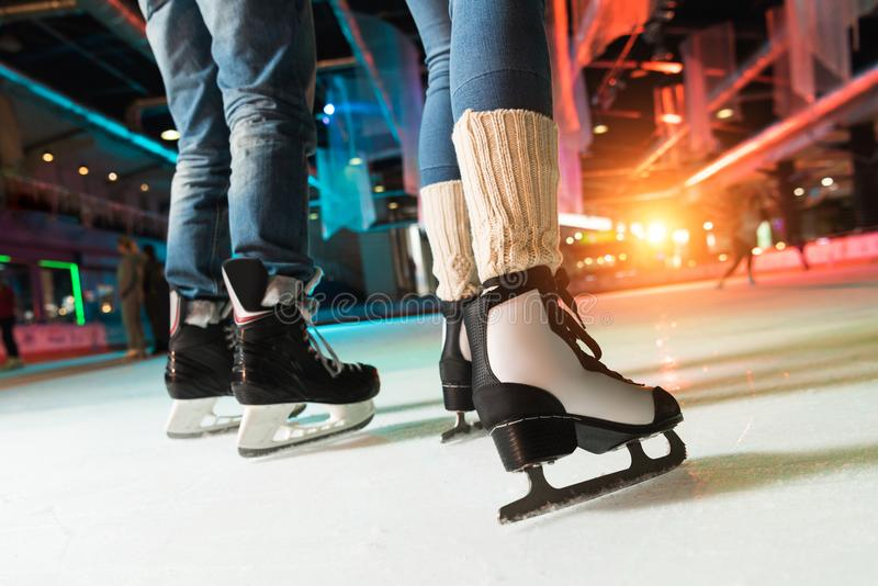 tir cultivé des couples dans le patinage de glace de patins photos libres de droits